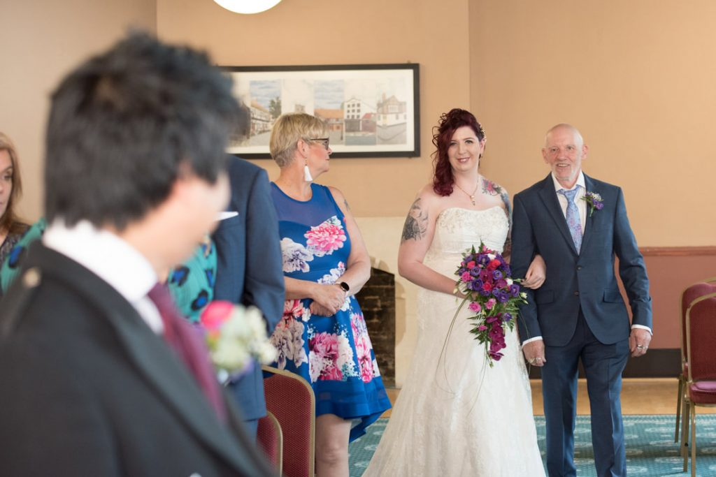 The bride and her father arrive at berkhamsted town hall