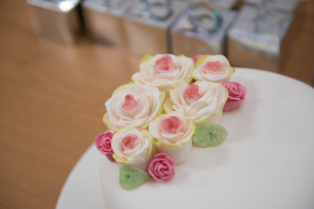 Flowers made with icing on top of the wedding cake