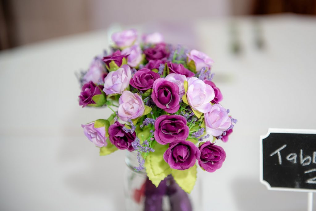 Table decorations in shades of pink and purple