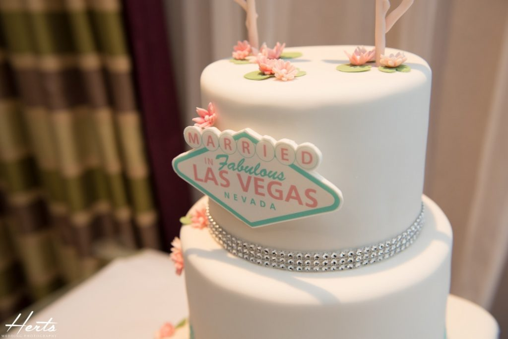 The stunning wedding cake with a Las Vegas sign
