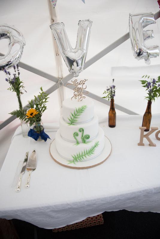 The lovely white wedding cake